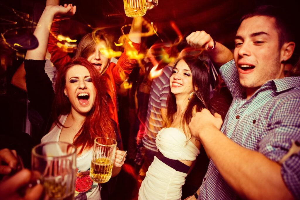 Pessoas curtindo uma festa